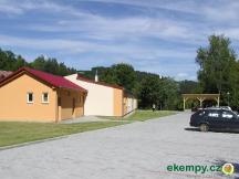 Kemp pro stanování (mimo záběr je zatravněná plocha pro stanování)