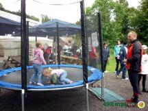 Děti se mohou zdarma vydovádět na trampolíně u hotelu...