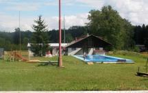 Pohled na hlavní budovu, bazén a dětské hřiště